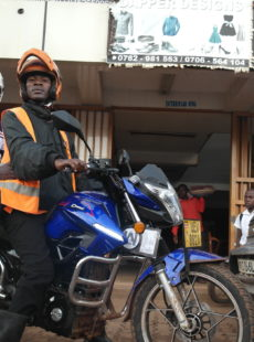 À Kampala, Zembo met en place un service de moto-taxis alimentées à l'énergie solaire et contribue à la mobilité durable des Ougandais